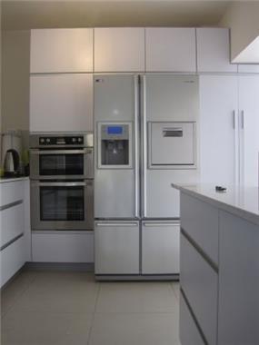 מטבח לבן בסגנון מודרני בעיצוב KanDesign