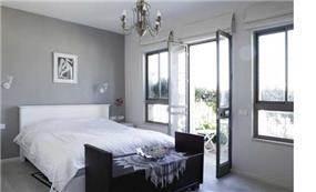 חדר שינה בגווני אפור ולבן בעיצוב עדי זיו
