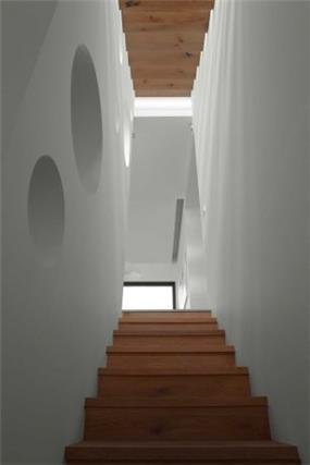 מבט למדרגות מעוצבות מעץ בתכנון ועיצוב של איציק ניב