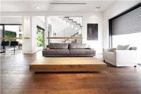 סלון וחדר מגורים עם פרקט עץ בעיצוב ותכנון של איציק ניב