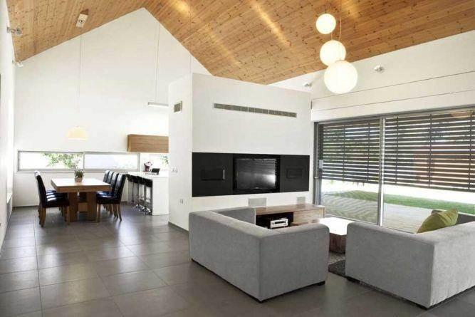 מבט לחדר מגורים +פינת אוכל הכוללת בר בתכנון איציק ניב