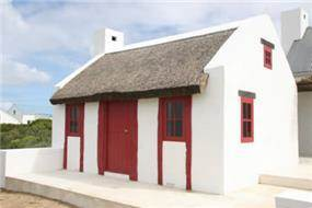 מבט צד לבית בסגנון בית דייג אירי מהמאה ה18 בדרום אפריקה