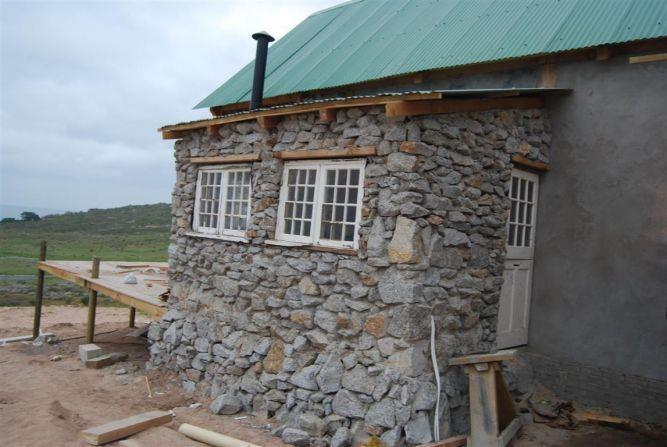 מבט צד בית מחומרים טבעים בלבד נבנה על ידי מייקל כספי - ריפלנט