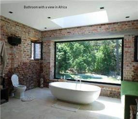 חדר אמבט הורים  עם חלון נוף בפרויקט ייחודי בקייפטאון שבדרום אפריקה -ריפלנט אדריכלות אקולוגית