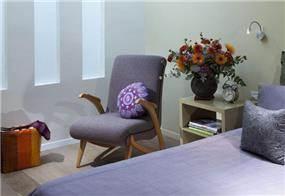 מבט אחר לנישות גבס מוארות בחלל חדר שינה בעיצוב ותכנון של נגה ארנסון