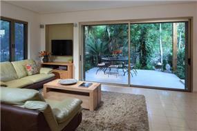 מבט לסלון מעוצב בעל נישת גבס לטלויזיה לחסכון במקום בעיצוב ותכנון של נגה ארנסון