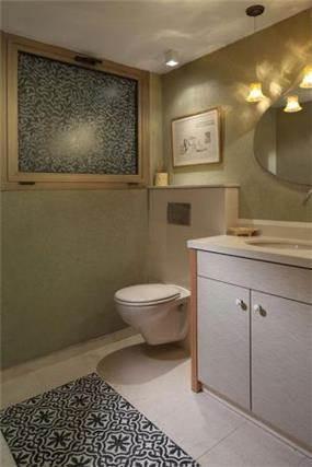 חדר אמבט מעוצב בסגנון מודרני בדגש על תאורה וחיפוים למראה יוקרתי של חלל האמבט  בעיצוב ותכנון של נגה ארנסון