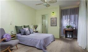 חדר שינה קלאסי-רטרו בגוונים נעימים בעיצוב ותכנון של נגה ארנסון