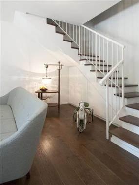 החלל שנוצר תחת המדרגות נוצל לארון שירות שנצבע בצבע אפוקסי בגוון הקיר.