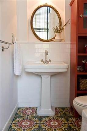 """כיור עומד """"פריסטנדינג"""" בחדר אמבטיה"""