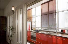 """דירת מגורים בת""""א, בסגנון רטרו, המטבח צבוע בצבע אפוקסי מבריק - בתכנון ועיצוב של הילה לוסקי"""