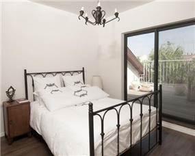 חדר השינה של הילדה מחופה בלמינציה ובגג הונח דק.