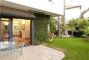 מבט חוץ מן הגינה אל הסלון וחדר האוכל, עיצוב ותכנון הילה לוסקי