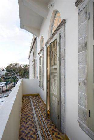 מרפסת חיצונית עם ריצוף מצויר מקורי שהונח מחדש בבניין לשימור ביפו. תכנון ועיצוב של הילה לוסקי