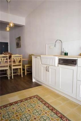 מבט מהמטבח אל פינת האוכל בעיצוב הילה לוסקי