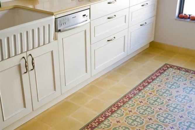 מבט מקרוב למטבח כפרי עם ריצוף מצויר - תכנון הילה לוסקי