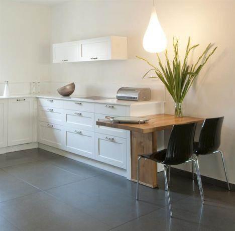 מבט אל מטבח צבוע בצבע אפוקסי בתכנון הילה לוסקי