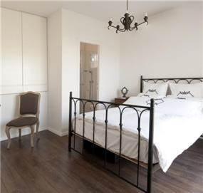 בחדר השינה של הילדה נוצל השטח מעל המדרגות לטובת ארון קיר בבית בעיצוב הילה לוסקי