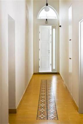 מבואת כניסה של בניין לשימור ביפו. הריצוף מצויר ומשוחזר בתכנון ועיצוב של הילה לוסקי