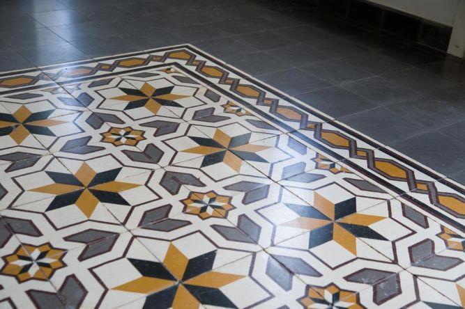 ריצפה מצוירת מקורית בבניין לשימור ביפו, בעיצוב ותכנון של הילה לוסקי