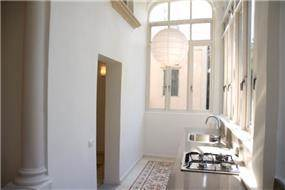 בניין לשימור ביפו- המטבח מוקם במרפסת הסגורה - תכנון ועיצוב הילה לוסקי