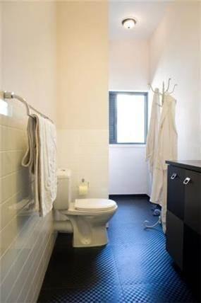 חדר אמבטיה ילדים  בגוונים של שחור לבן ואפור בעיצוב של הילה לוסקי