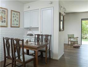 כסאות בפינת אוכל רופדו מחדש בהתאם לצבעי המטבח בתכנון הילה לוסקי