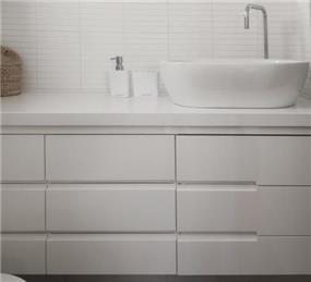ארון אמבט מעוצב צבוע אפוקסי בחדר אמבט הורים - עיצוב ותכנון של הילה לוסקי