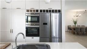 עוד מבט למטבח מודרני עם נגיעות כפריות בעיצוב ותכנון של הילה לוסקי