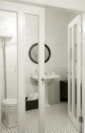 חדר הרחצה של ההורים עם דלתות צרפתיות מעץ צבוע אפוקסי וזכוכית, עיצוב הילה לוסקי