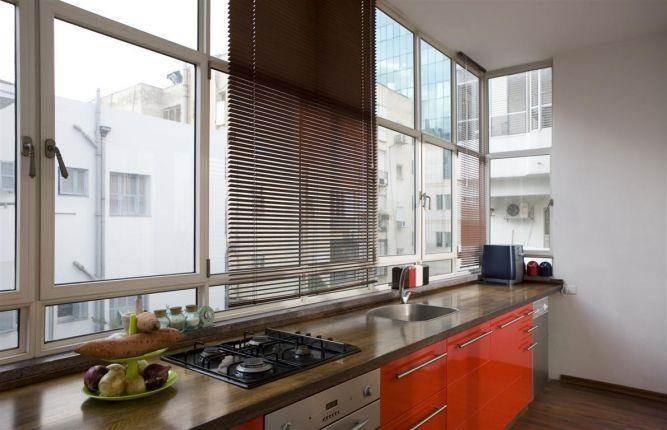 """דירת מגורים בת""""א, בסגנון רטרו, המטבח צבוע בצבע אפוקסי מבריק."""