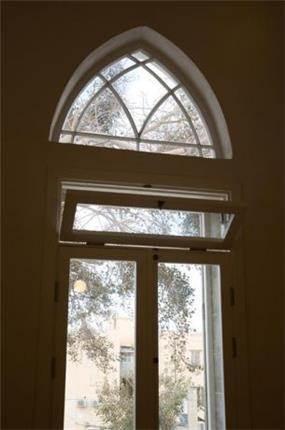 חלון ומעליו רוזטה בבית שעבר תהליך שימור - בתכנון ועיצוב של הילה לוסקי
