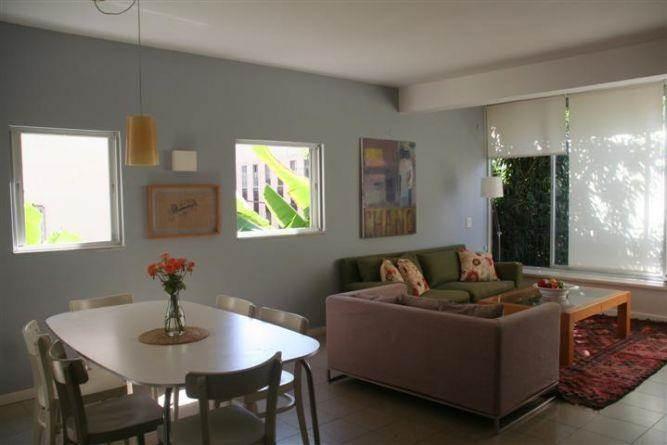 סלון מעוצב בעל תאורה טבעית בעיצוב של מרב פלגי