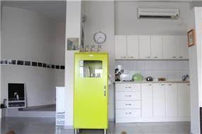 מטבח ומבואה בעיצוב קלאסי ומנימליסטי בעיצוב  של מרב פלגי