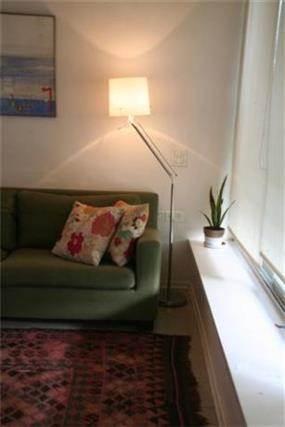 מבט אל סלון מעוצב בשילוב ספסל אורכי שמשתלב בצורה נקיה  בעיצוב  של מרב פלגי