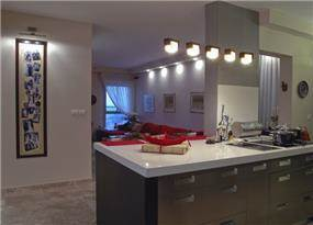 מבט מהמטבח אל הסלון, בדירה בעיצובה של סיגל לנמן סוקול
