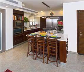 מבט אל המטבח וחפינת האוכל הצמודה לו, בעיצובה של סיגל לנמן סוקול
