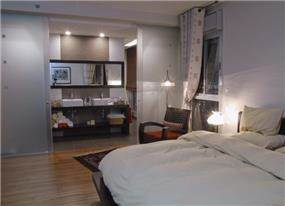 חדר שינה הורים ומבט לחדר האמבטיה. עיצוב של סיגל לנמן סוקול