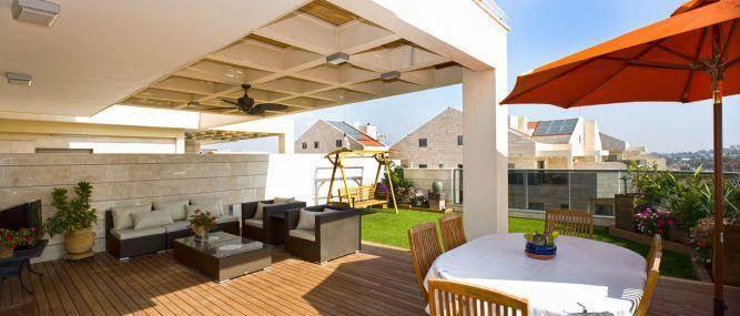 מרפסת המשלבת פינת ישיבה, פינת אוכל וחצר משחק בעיצוב סיגל לנמן סוקול
