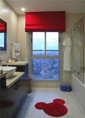 חדר אמבטיה לילדים בקווים צבעוניים ושמחים. עיצוב: סיגל לנמן סוקול
