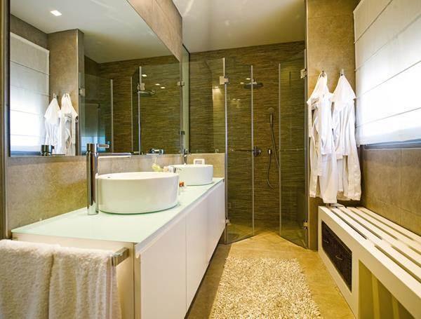 חדר אמבטיה בשילוב כיורים עגולים, ספסל ישיבה ומקלחון. עיצוב של סיגל לנמן סוקול