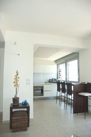 מבט לעבר המטבח בעיצובה של סיגל לנמן סוקול