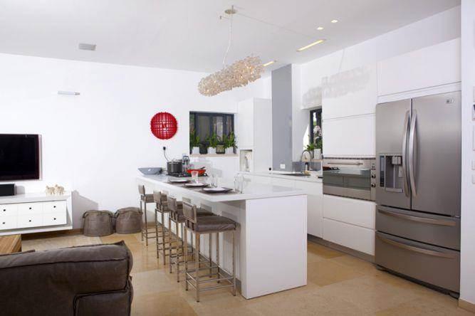 מטבח פתוח הנושק לסלון, מעוצבים בקווים מודרניים של סיגל לנמן סוקול אדריכלות ועיצוב פנים