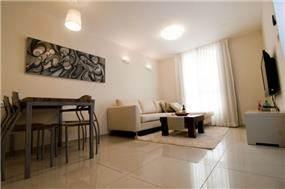 סלון מעוצב בדירה לדוגמא המיועדת להשכרה. עיצוב של סיגל לנמן סוקול