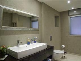 חדר אמבטיה מעוצב בסגנון מודרני וביתי. עיצוב של סיגל לנמן סוקול