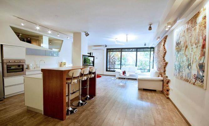 עיצוב דירה - סלון +מטבח ואי עם בר בדירתו של ליאור סושרד - תכנון ועיצוב סטודיו קרן רוזנר