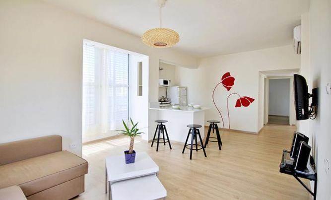 עיצוב מנימליסטי לדירה מלונאית בדגש על רצפת הפרקט, בעיצוב ותכנון של סטודיו קרן רוזנר