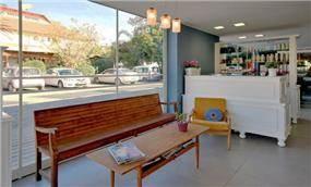 עיצוב מספרה במבט על אזור ההמתנה והקבלה - בעיצוב ותכנון של סטודיו קרן רוזנר
