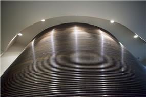 """מבט אל חיפוי הקיר המיוחד שנבחר לעיצוב משרדי חברה ע""""י חיה ברק"""