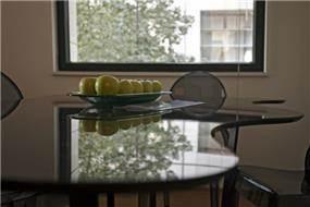 שולחן אמורפי בחיתוך מדוייק, במשקל קל, עמידות מפני שריטות והסתרת כבלי תקשורת מתחת לפלטה העליונה בעיצוב חיה ברק